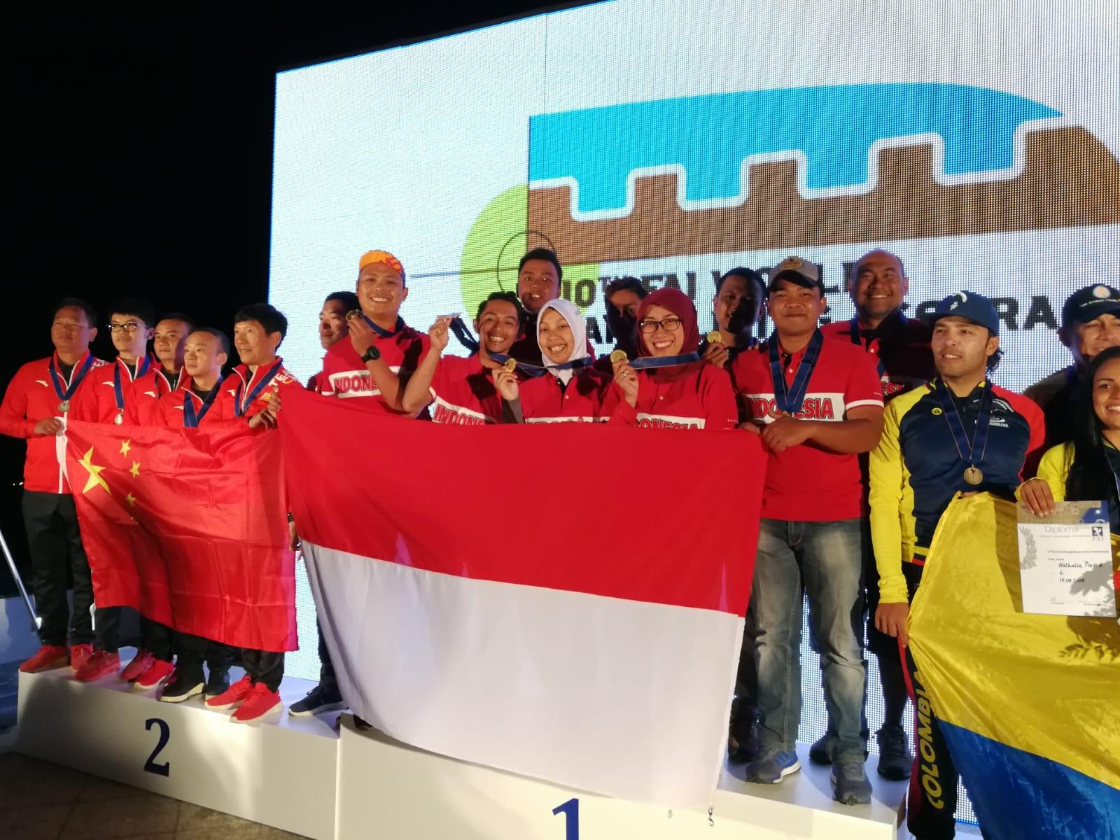 Tim Indonesia saat menerima penghargaan sebagai pemenang juara pertama di Paragliding Accuracy World Championship 2019.